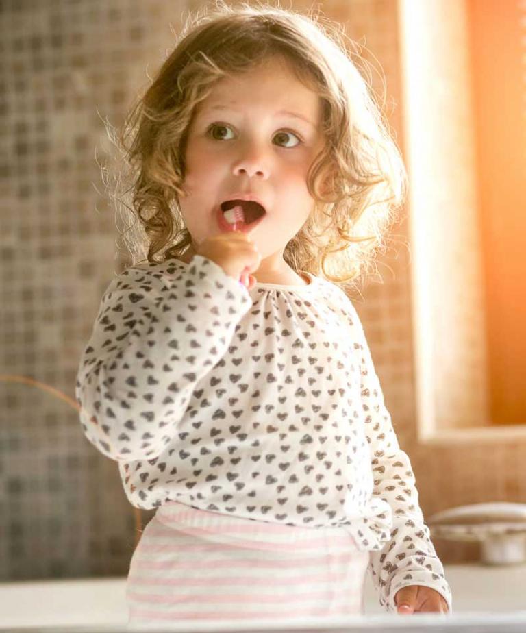 Zähneputzendes Kind - ordentliche Mundhygiene für eine gesunde Mundflora